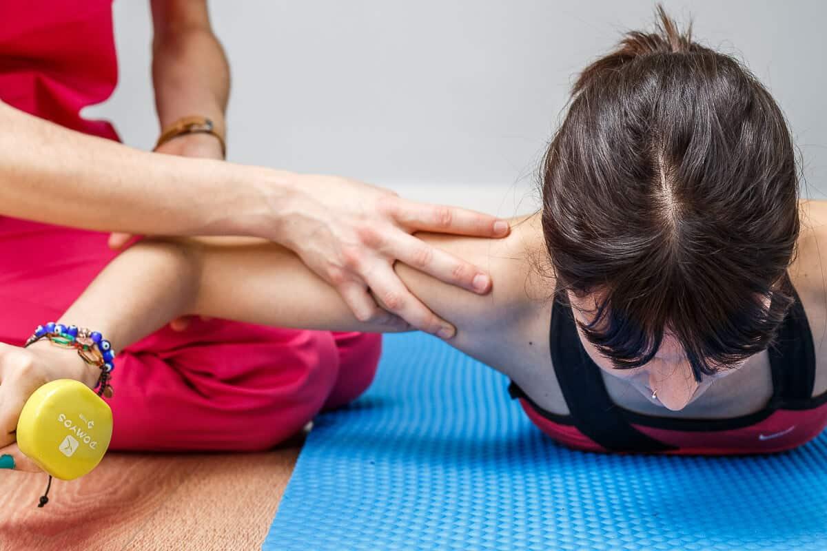 ayuda en ejercicio de hombro